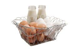 Bruine organische en regelmatige witte eieren Royalty-vrije Stock Fotografie