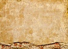 Bruine oude muur met pleister en bakstenen Stock Foto's