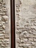 Bruine pijp en ruwe oude muur Stock Afbeeldingen