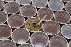 Bruine plastic koppen voor koffie, cacao, hete chocolade royalty-vrije stock foto's