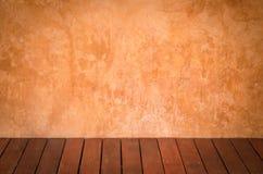Bruine pleistermuren en houten vloeren stock foto's