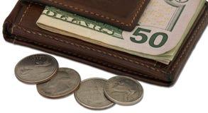 Bruine Portefeuille met Contant geld en Muntstuk Royalty-vrije Stock Afbeeldingen