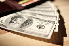 Bruine Portefeuille met creditcards en dollarbankbiljetten over houten Stock Fotografie