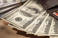 Bruine Portefeuille met creditcards en dollarbankbiljetten over houten Royalty-vrije Stock Fotografie