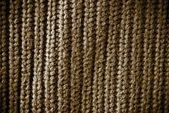 Bruine regelmatige gestreepte en geweven materiële achtergrond of textuur royalty-vrije stock afbeeldingen