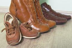 Bruine schoenen op de vloer na een gang Royalty-vrije Stock Afbeelding