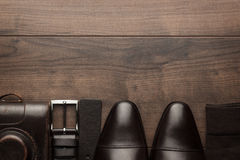 Bruine schoenen, riem, sokken en filmcamera royalty-vrije stock foto's