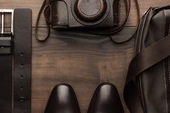 Bruine schoenen, riem, zak en filmcamerakader Stock Foto