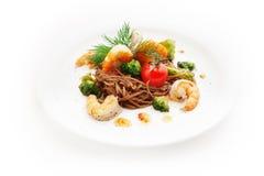Bruine spaghetti met garnalen, tomaten, bloemkool Royalty-vrije Stock Afbeelding