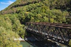 Bruine spoorwegbrug over rivier Adige, Trentino, Italië stock foto