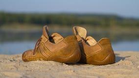 Bruine suèdegymschoenen op een zand Royalty-vrije Stock Afbeelding