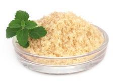 Bruine suiker met steviabladeren Stock Foto's