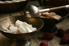 Bruine suiker, witte suiker in de bronskom Stock Foto