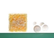 Bruine suikerkubussen en zoetmiddeltabletten Royalty-vrije Stock Foto