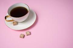 Bruine suikerkubussen met koffiekop Stock Fotografie