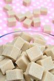 Bruine suikerkubussen in porseleinkom Stock Afbeelding