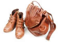Bruine van het leerzak en paar vrouwelijke laarzen Stock Foto's