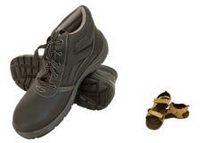 Bruine veiligheidsschoenen en pantoffels op wit Royalty-vrije Stock Afbeeldingen