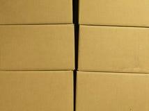 Bruine verschillende kartondozen die in stapel worden geschikt Textuur Achtergrond Opgezette band Vervoerszakken Stock Foto