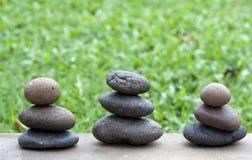 Bruine vlakke stenen in blance in de tuin op F Royalty-vrije Stock Afbeeldingen