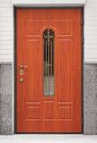 Bruine voordeur - ingang aan het gebouw Stock Fotografie