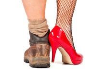 Bruine walkin laarzen en hoge heuvelschoenen Stock Afbeeldingen