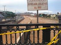 Bruine watervloed op Rimac-rivier na zware regen in Lima stock foto's