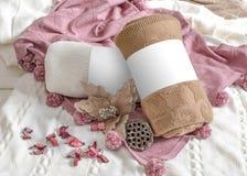 Bruine, witte en roze plaiden en bloemen stock foto's