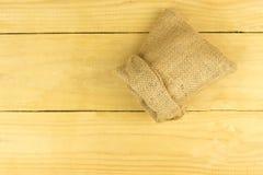 Bruine zak op bruine houten lijst Stock Fotografie