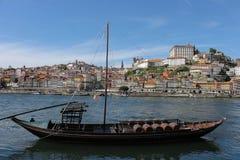Bruine zeilboot met wijnvatten in de Douro-rivier in Porto, Portugal royalty-vrije stock foto