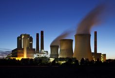 BruinkoolKrachtcentrale bij Nacht Royalty-vrije Stock Foto