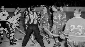 Bruins d'annata degli anni 50, gioco di Canadiens Immagine Stock
