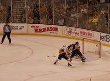 Bruins - objetivo do hóquei do NHL dos pinguins imagens de stock royalty free