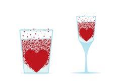 Bruisend hart in water met bellen. het hart van de rode valentijnskaart Stock Foto's
