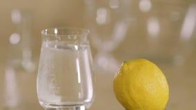 Bruisende tabletdalingen in een glas met slowmotion water -, close-up stock video