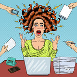Bruit Art Aggressive Furious Screaming Woman avec l'ordinateur portable au travail de bureau Images stock