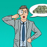 Bruit Art Amazed Businessman avec l'argent trouvé par loupe Photographie stock