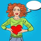 Bruit Art Beautiful Woman dans l'amour avec le coeur de peluche Photographie stock
