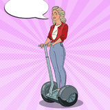 Bruit Art Beautiful Woman Driving Segway Transport urbain Photos libres de droits