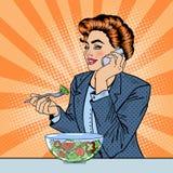 Bruit Art Business Woman Talking sur le téléphone et la salade de consommation Images libres de droits