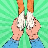 Bruit Art Dog Paws et mains de mâle Amitié entre l'humain et l'animal familier Photographie stock
