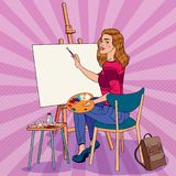 Bruit Art Female Artist Painting au studio Peintre de femme dans l'atelier Photos stock