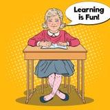 Bruit Art Happy Schoolgirl Sitting au bureau d'école dans la salle de classe Concept éducatif Images stock