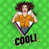 Bruit Art Pretty Woman Posing avec le pouce vers le haut du signe Affiche joyeuse de vintage de fille d'adolescent Pin Up Adverti Images stock