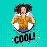 Bruit Art Pretty Woman Posing avec le pouce vers le haut du signe Affiche joyeuse de vintage de fille d'adolescent Pin Up Adverti Photo stock