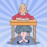 Bruit Art Schoolgirl Sitting au bureau d'école Concept éducatif Photographie stock