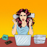 Bruit Art Screaming Angry Business Woman avec l'ordinateur portable au travail de bureau Images stock
