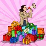 Bruit Art Woman avec le mégaphone favorisant la grande vente se tenant dans des boîte-cadeau Photo libre de droits