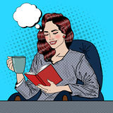 Bruit Art Woman Reading Book et café potable Photo stock