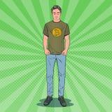 Bruit Art Young Man Wearing dans le T-shirt avec la copie de Bitcoin Cryptos affaires de devise Photo libre de droits